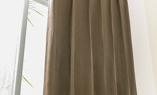 縦に流れる流線柄カーテン ロカーム
