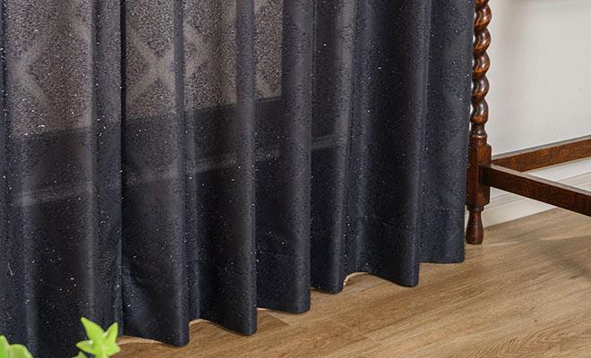 スリット糸を使用したキラキラカーテン イサル