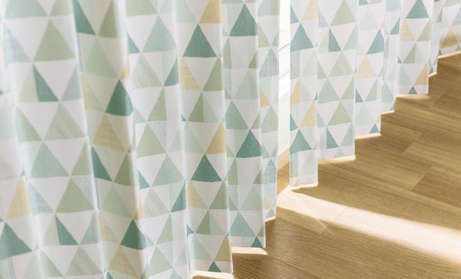 カジュアルな三角柄プリント3級遮光カーテン トロワ