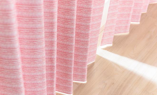 クレヨンで描いたようなボーダープリントの3級遮光カーテン ボーダー