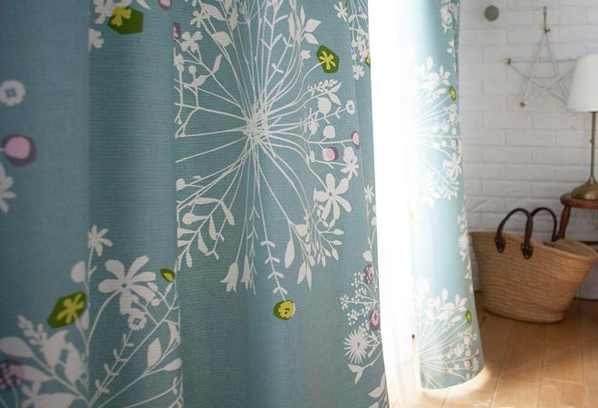 繊細なボタニカルデザインの2級遮光カーテン フロリ