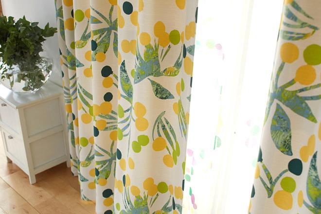 丸い実のような花が大きな円を描く北欧風2級遮光カーテン ルル