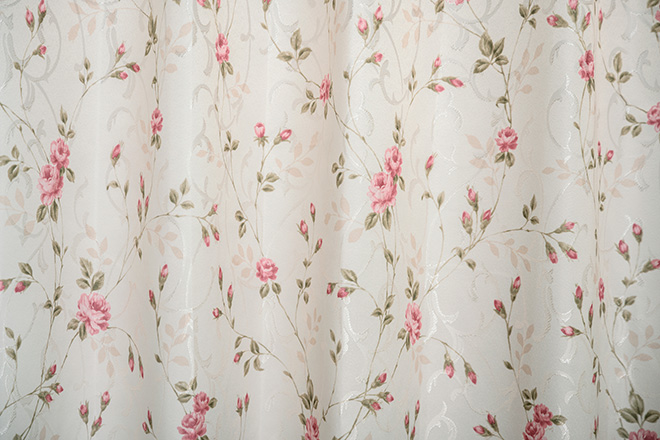 小さなバラが舞う裏地付き3級遮光カーテン ロッサ