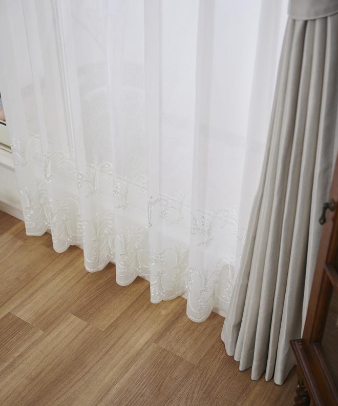 裾に施されたブーケのようなエレガントなトルコ刺繍が美しいレースカーテン イラーフ